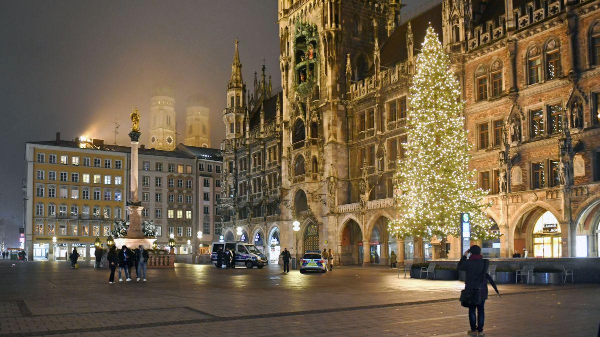 Der Münchner Marienplatz ist fast menschenleer. Normalerweise würde hier der Christkindlmarkt stattfinden.