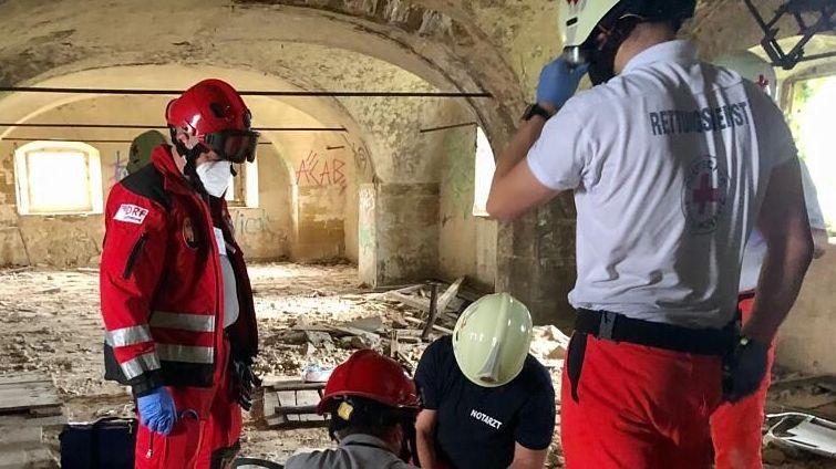 Einsatzkräfte des Rettungsdienstes bei der Bergung eines Jugendlichen in einer Ruine bei Volkach