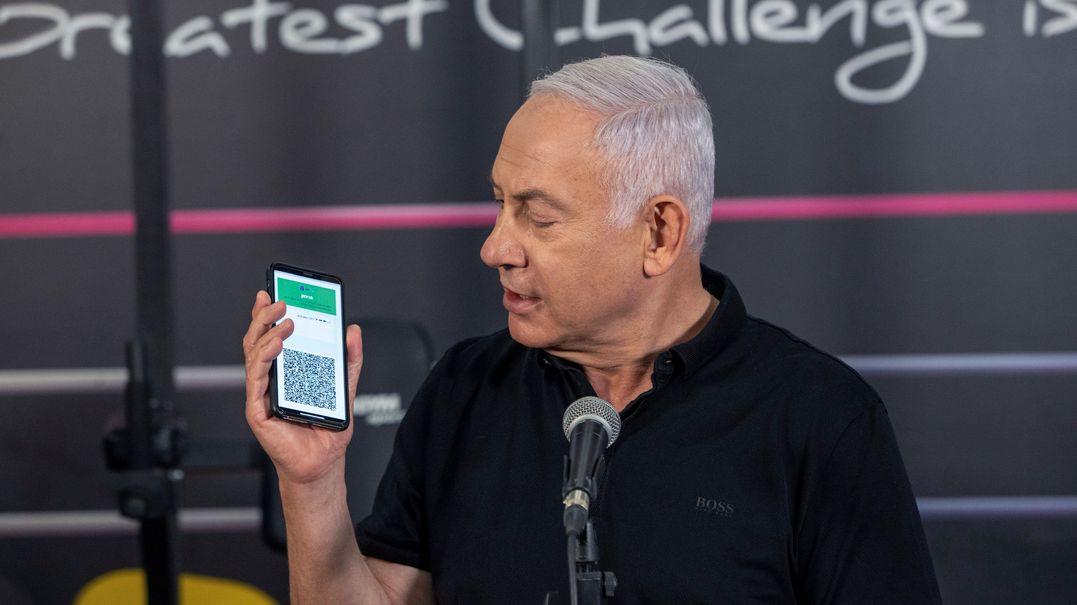Ministerpräsident Netanjahu zeigt zur Wiedereröffnung eines Fitnessstudios die geöffnete App mit seinem digitalen Impfpass.