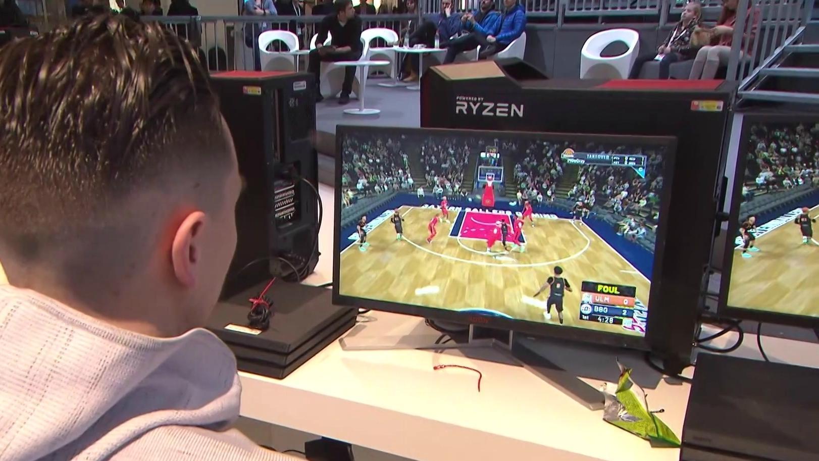 Mann spielt Videospiel NBA 2K19