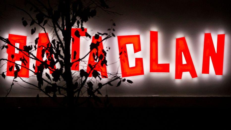 Rote Leuchtschrift der Konzerthalle Bataclan in Paris.