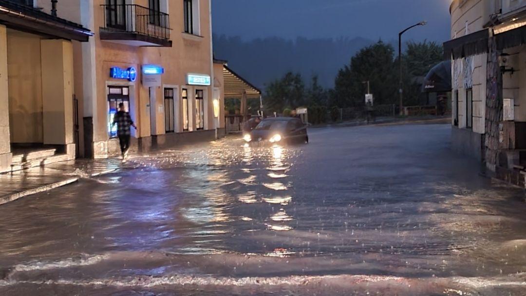 17.07.2021, Bayern, Berchtesgaden: Wasser steht in einer Straße in Berchtesgaden.