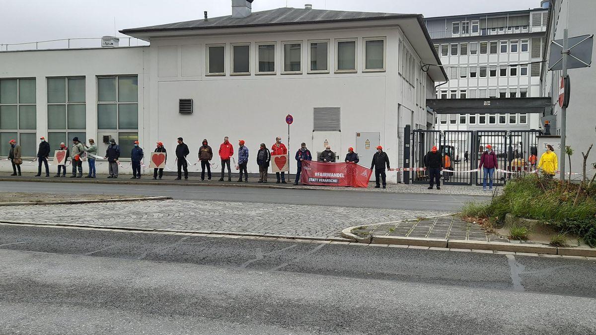 Menschenkette vor MAN wegen geplanten Stellenabbaus