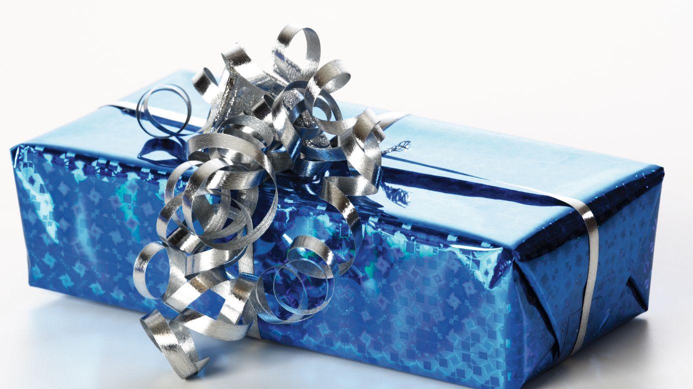 Auch Weihnachtspäckchen für Kinder in Not sollen schön verpackt werden