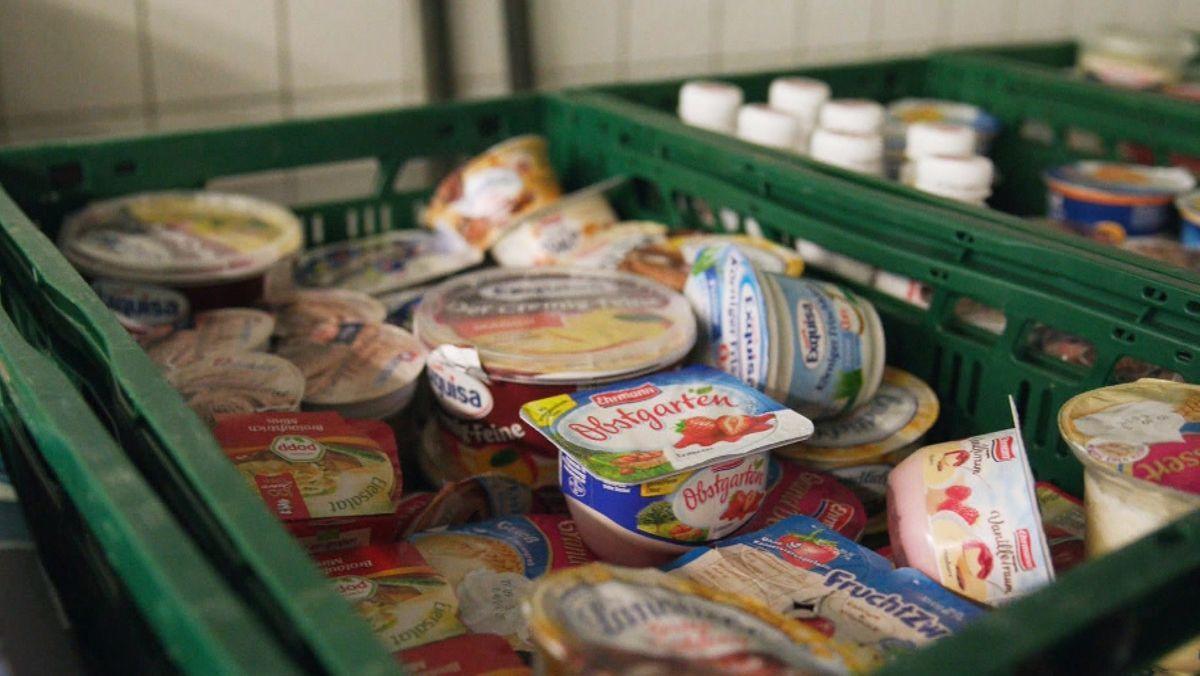 In einer Kiste liegen Lebensmittel, die die Mitarbeiter der Foodsharing-Initiative vor dem Wegwerfen gerettet haben.