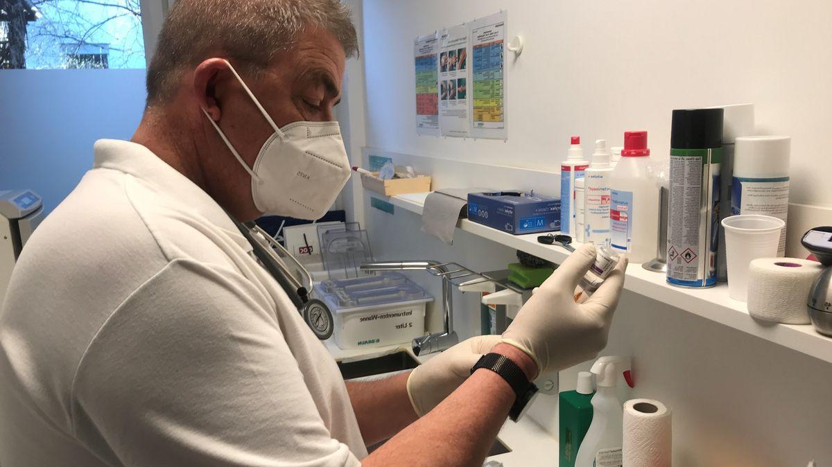 Der Allgemeinarzt Andreas Schittko aus Augsburg hat mit dem Impfen begonnen.