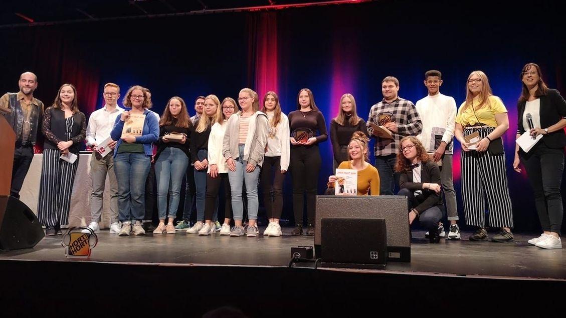 """Die Preisträger des Hörwettbewerb """"Hört Hört!"""" stehen auf der Bühne."""
