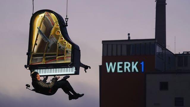 Klavierkonzert am Kran in 60 Metern Höhe