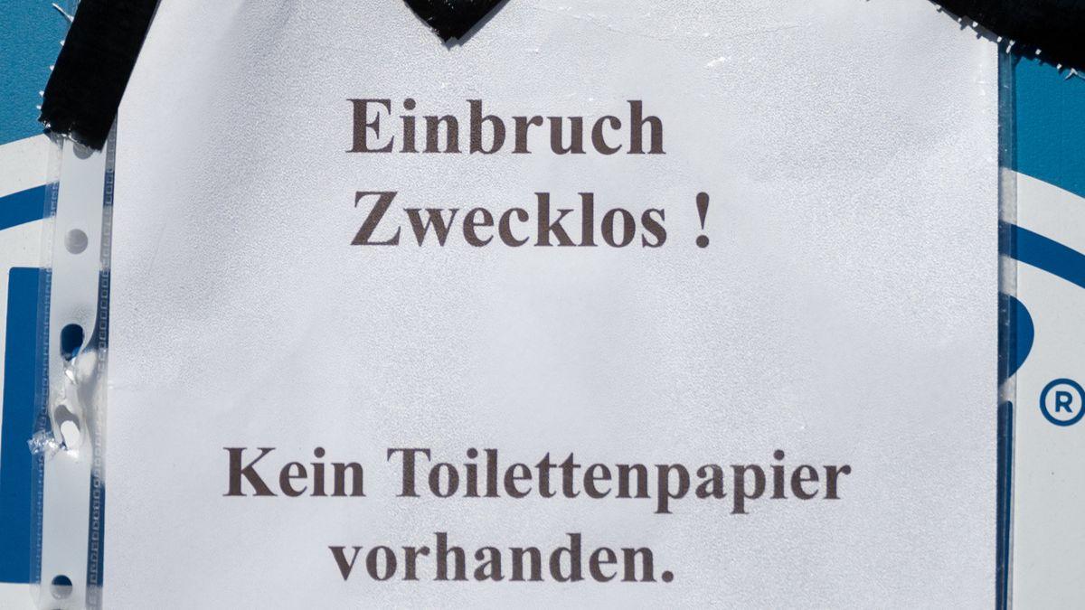 """""""Einbruch Zwecklos! Kein Toilettenpapier vorhanden"""" steht auf einem Zettel."""