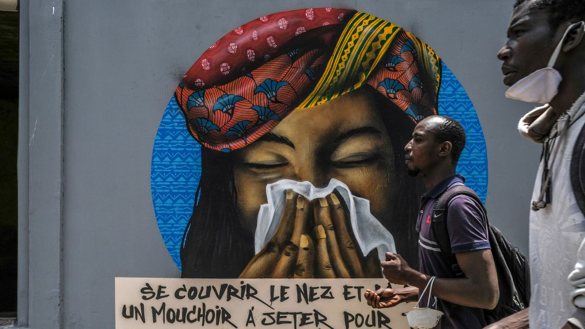Graffiti zu richtigem Hygieneverhalten in Zeiten von Covid-19 in den Straßen von Dakar, Senegal