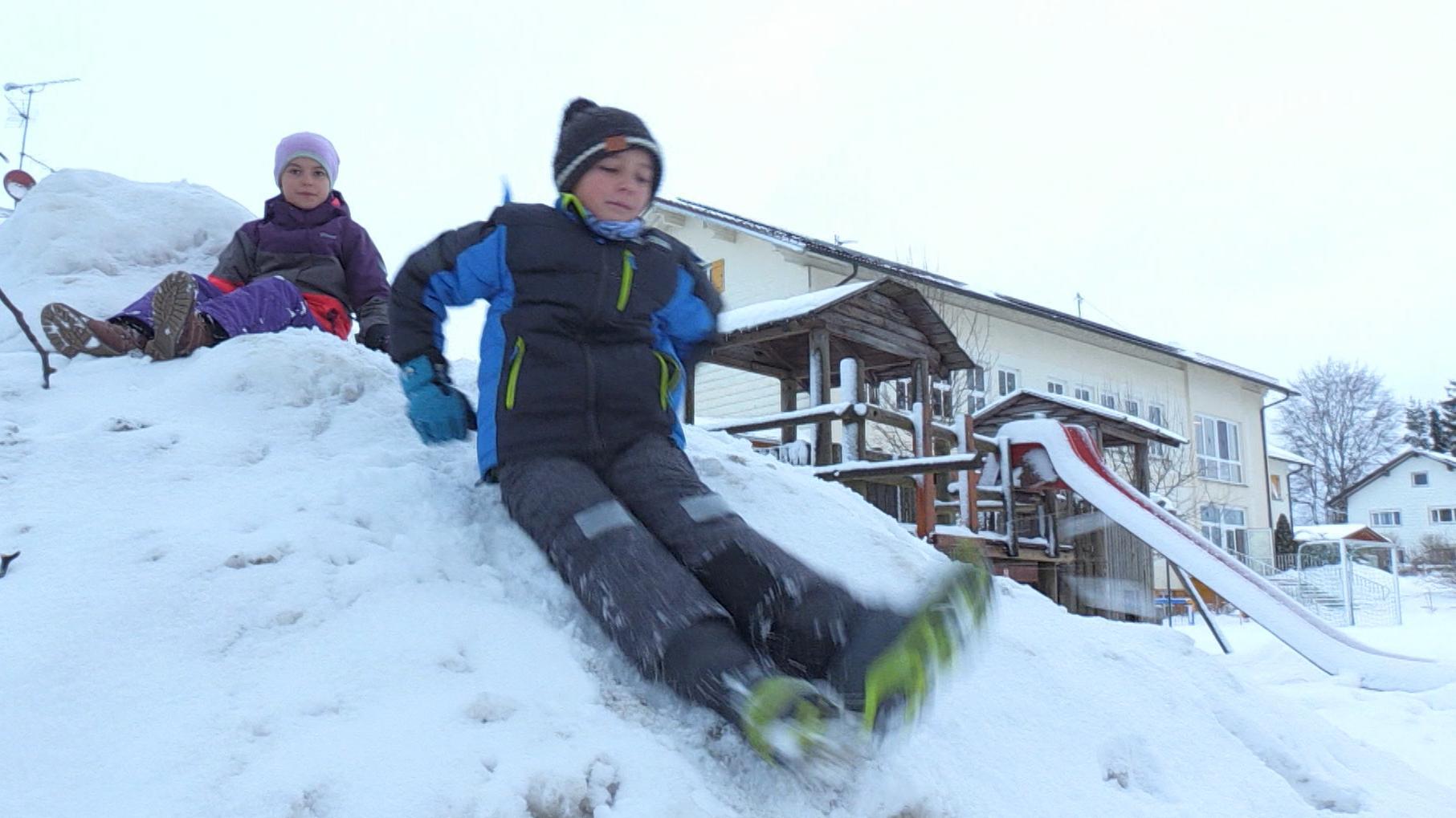 Kinder beim Spielen im Schnee in Ruderatshofen (Lkr. Ostallgäu)