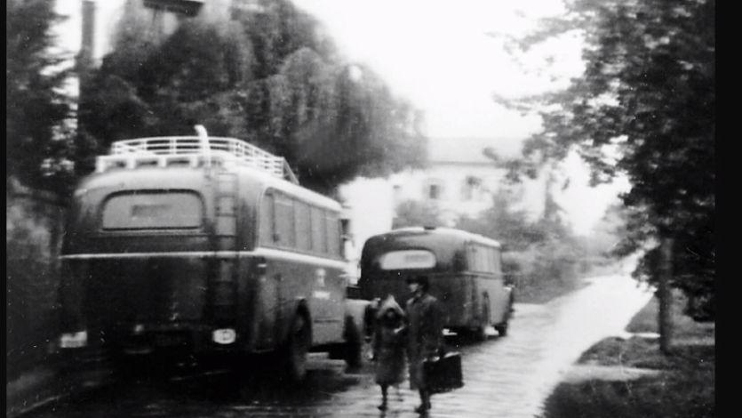 """Bei den Deportationen aus Bruckberg in Mittelfranken hat jemand die Verladung in die """"grauen Busse"""" festgehalten. Man geht davon aus, dass viele Patientinnen und Patienten ahnten, dass sie in die Vernichtung gefahren wurden."""