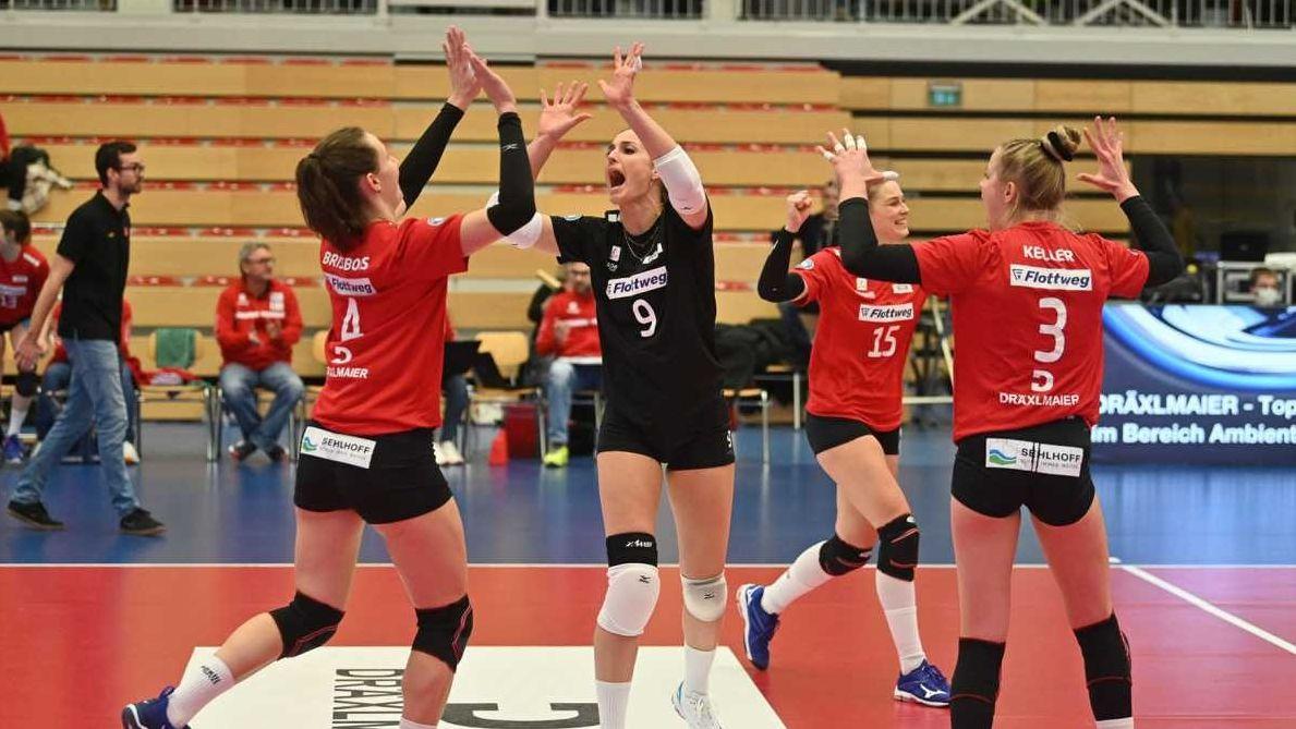 Die Bundesliga-Volleyballerinnen der Roten Raben Vilsbiburg triumphieren über Nawaro Straubing.