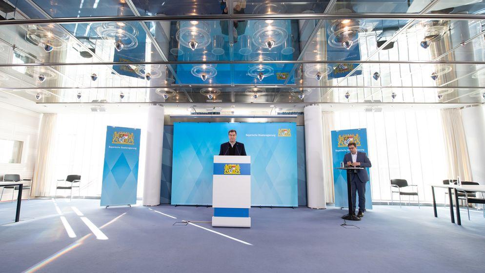 Keine Journalisten im Raum, Übertragung per Livestream: PK mit Ministerpräsident Söder (l.) und Regierungssprecher Wittl (r.) am 1.4.20   Bild:pa/dpa/Peter Kneffel