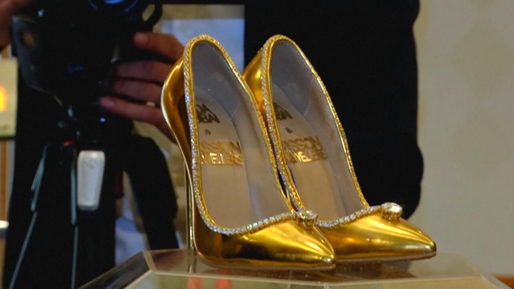 Vergoldete und diamantbesetzte Schuhe