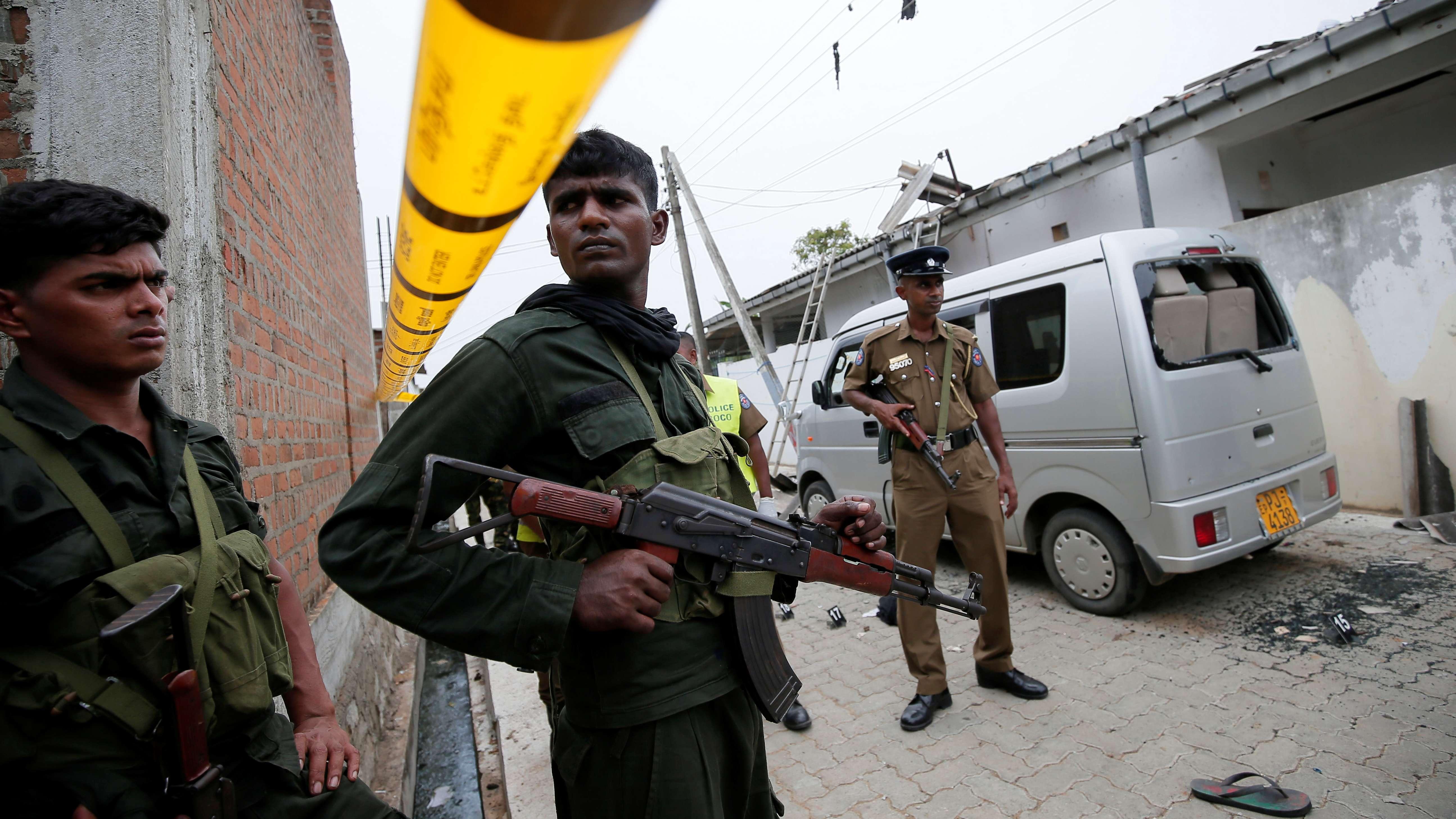 Polizisten sichern den Ort des nächtlichen Schusswechsel an der Ostküste Sri Lankas