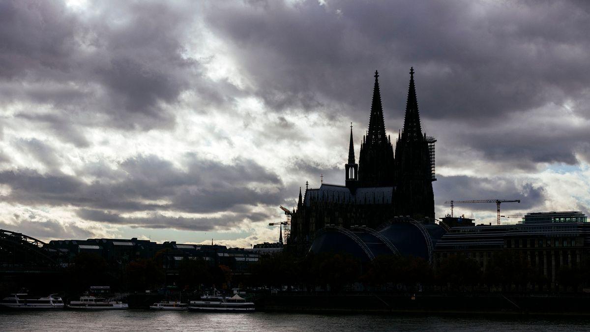Kölner Dom vor dramatischer Wolkenkulisse