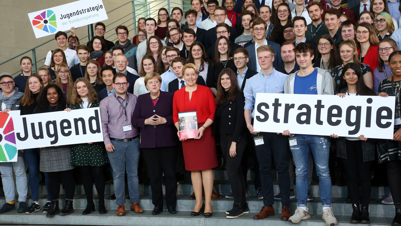 Kanzlerin Merkel und Ministerin Giffey zwischen vielen Jugendlichen