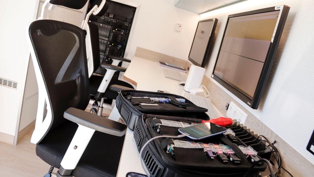 Blick auf die Arbeitsplätze im bundesweit ersten mobilen Forensik-Labor der Polizei.