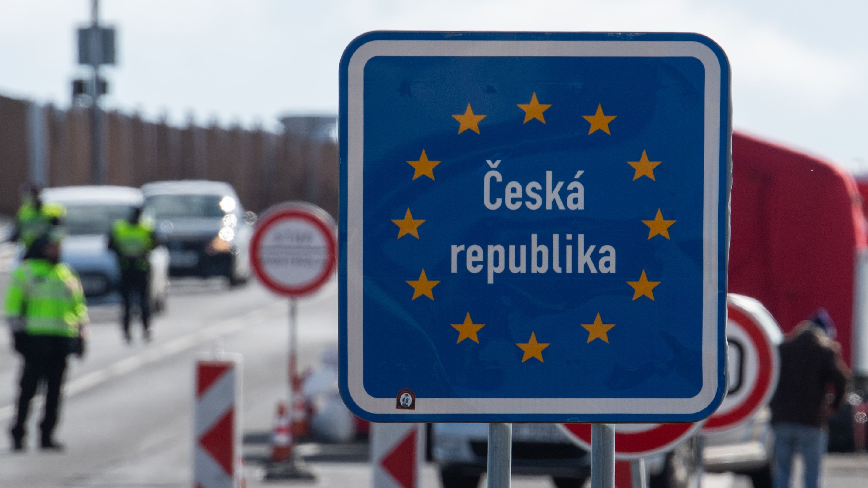 Tschechische Polizisten kontrollieren an der Grenze