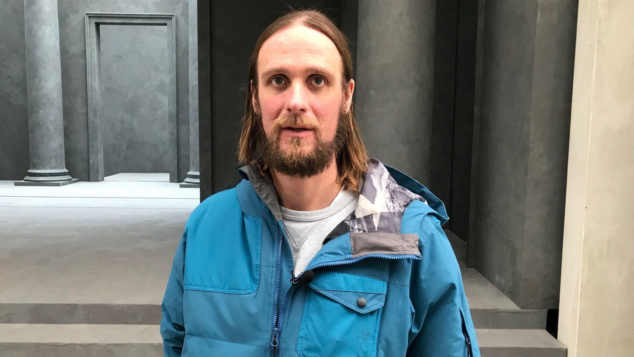 Ein Foto des  Jesus-Darstellers Frederik Mayet mit Jesusfrisur, Bart und in blauem Anorak