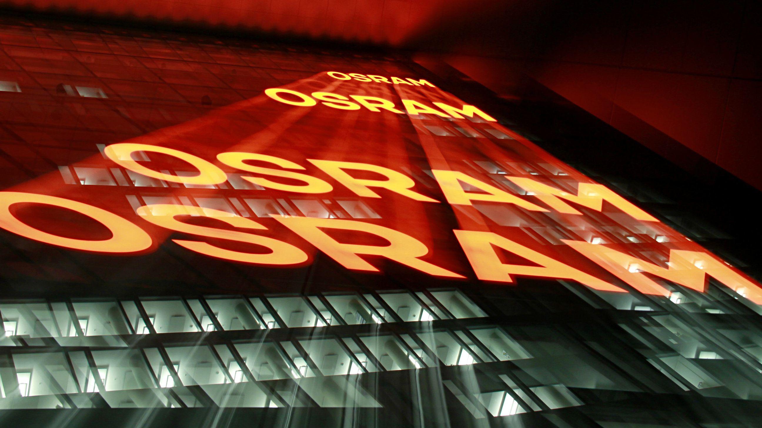 Der Schriftzug Osram wird auf die Zentrale des Unternehmens projiziert