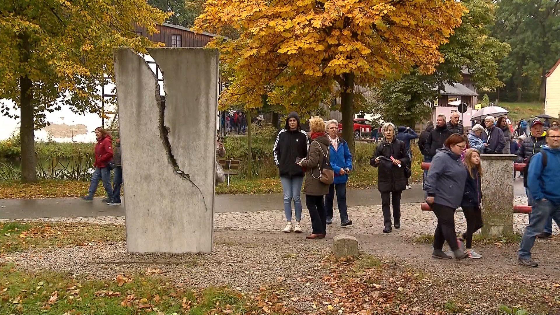 Besucher an Erinnerungsstätte in Mödlareuth