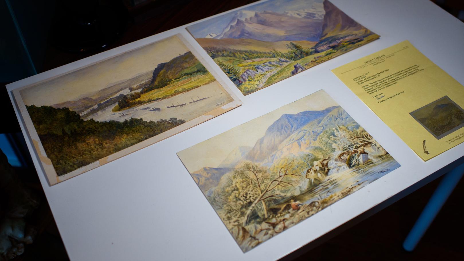 Drei angeblich von Adolf Hitler zwischen 1910 und 1911 gemalte Landschaftsaquarelle liegen vor der geplanten Versteigerung im Auktionshaus Kloss auf einem Tisch zur Vorbesichtigung aus
