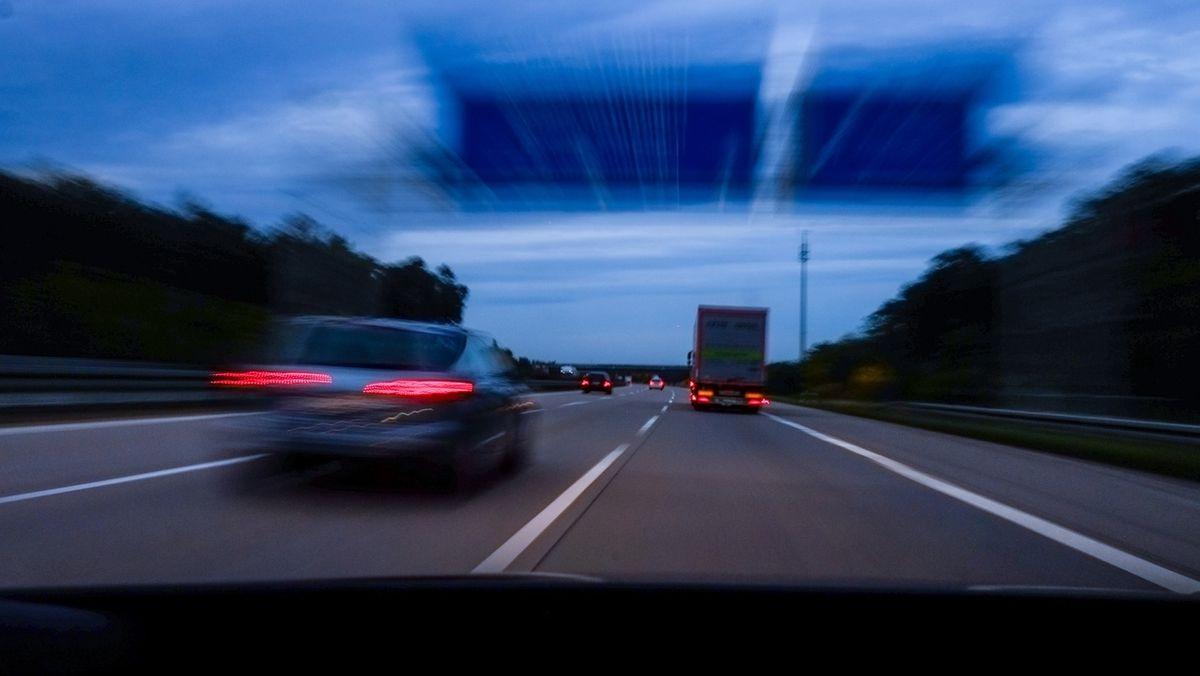 Die verschwommene Sicht eines betrunkenen Autofahrers. (Symbolbild)