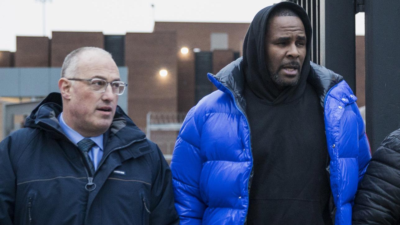 Sänger R. Kelly verlässt mit seinem Verteidiger das Gefängnis