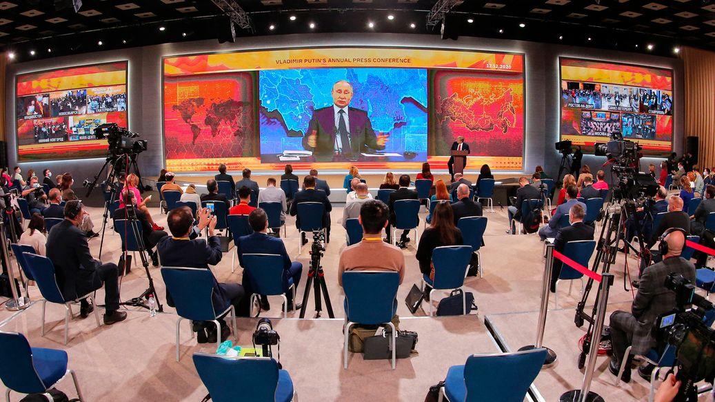 Russlands Staatschef Putin bei der alljährlichen großen Pressekonferenz, bei der wegen der Corona-Pandemie 2020 digital zugeschaltet war.