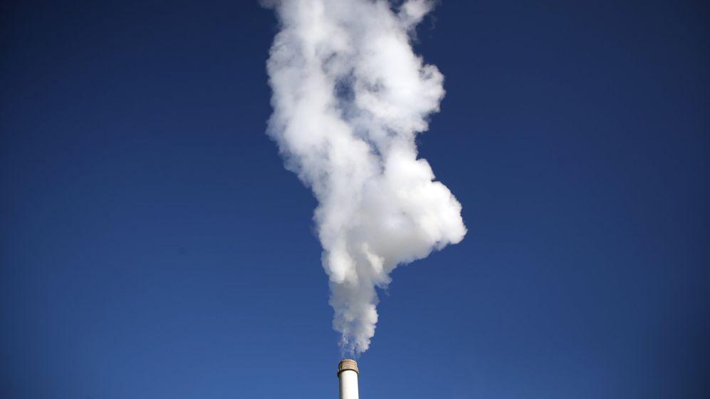 Dampf steigt aus einem Schornstein eines Heizkraftwerkes. (Symbolbild)