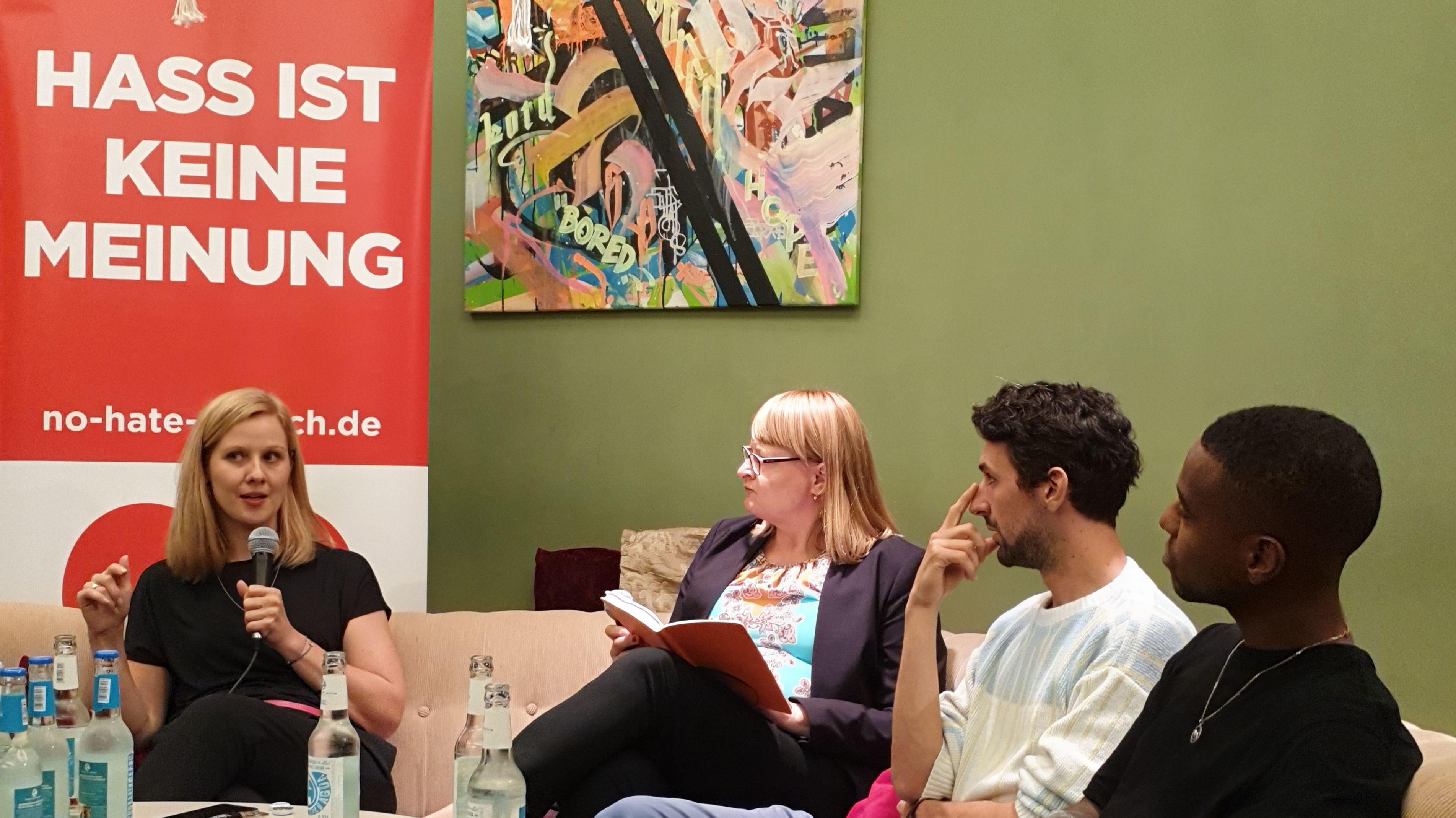 Zu sehen (vlnr): Nicole Diekmann (ZDF), Joanna Maria Stolarek (NdM), Raphael Thelen (SZ-Magazin), Tarik Tesfu (funk) NdM= Neue deutsche Medienmacher.