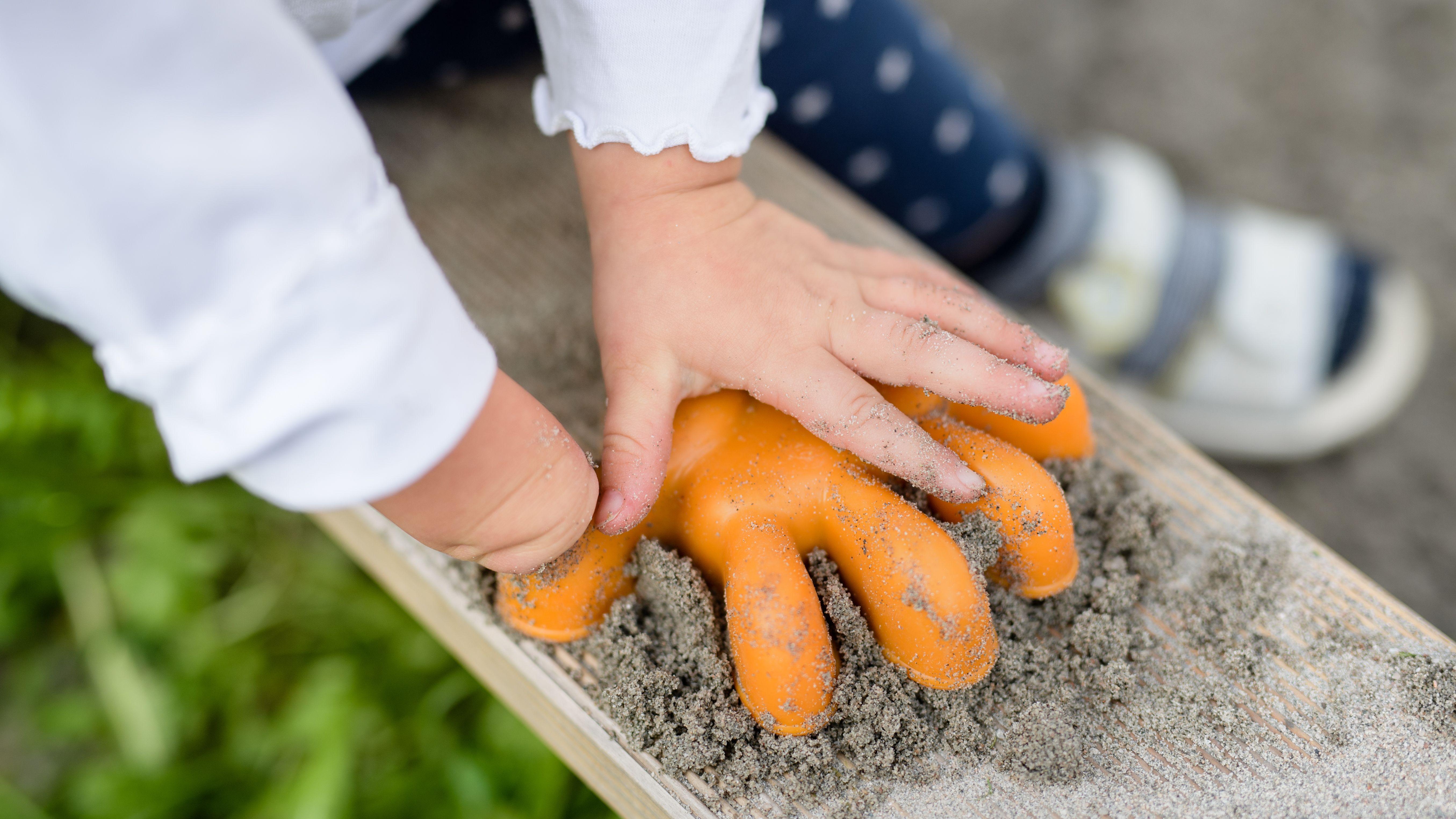 Bayern, Valley: Ein etwa 22 Monate altes Mädchen, das mit nur einer Hand zur Welt gekommen ist, spielt mit einer Sandkastenform. In den vergangenen Monaten war es an einer Klinik in Nordrhein-Westfalen zu einer Häufung von Fehlbildungen der Hände bei Neugeborenen gekommen.