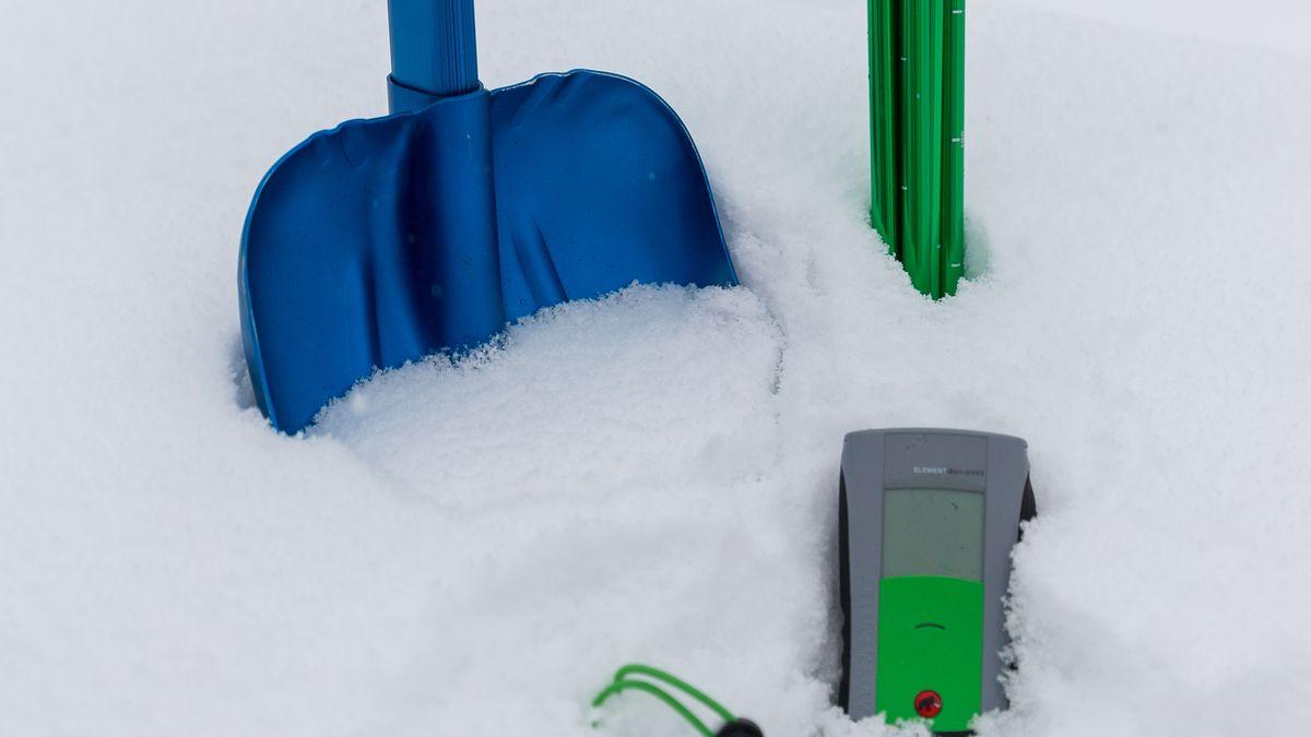 Schaufel, Sonde und Lawinenverschüttetensuchgerät im Schnee.