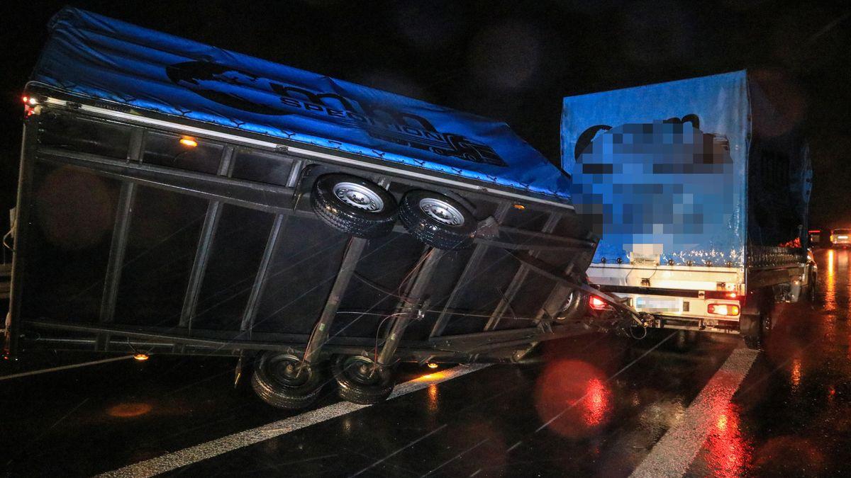 Auf der A70 zwischen Scheßlitz und Bamberg wurde am frühen Morgen der Anhänger eines LKWs von einer Windböe erfasst und kippte um.