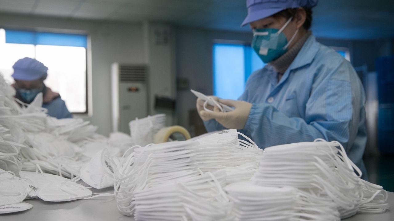 Arbeiter produzieren medizinische Schutzausrüstung.