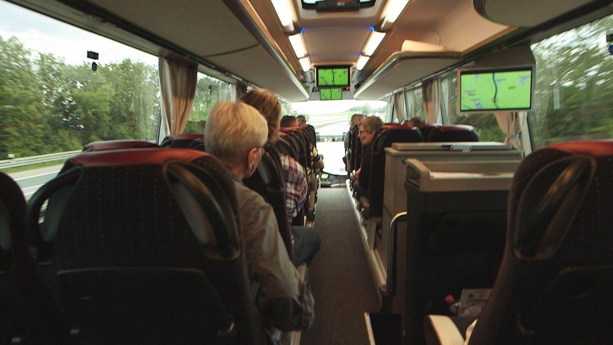 Menschen im Reisebus (Symbolbild)