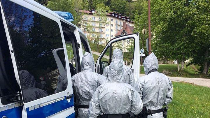 Die Polizei vor Ort bei der Razzia in der Klinik