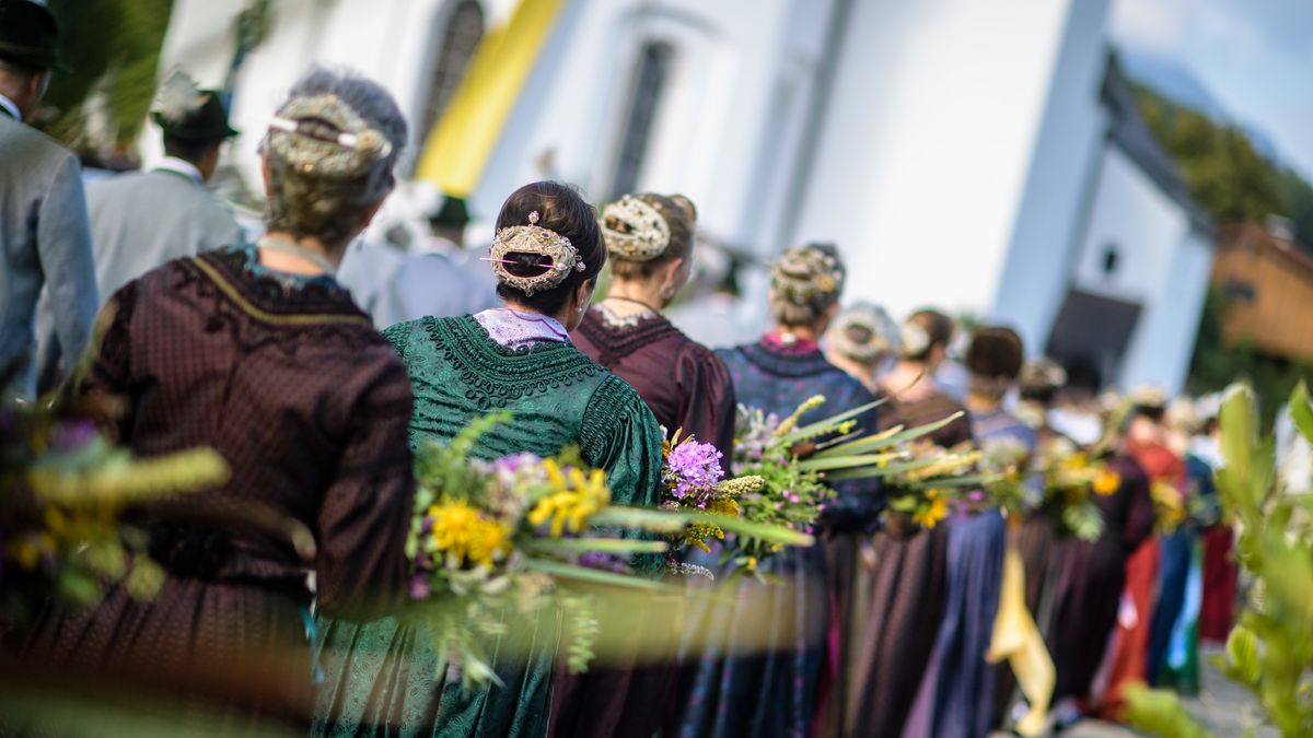 Frauen bei einer Prozession an Mariä Himmelfahrt