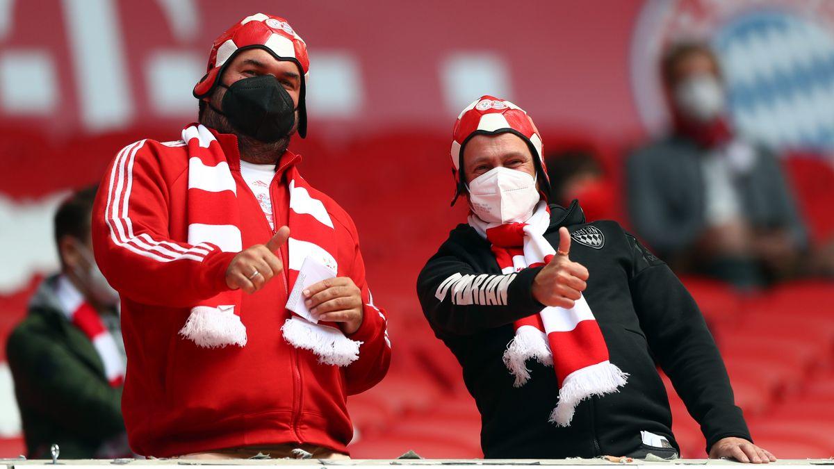 Fußballfans mit Maske in der Münchner Allianz-Arena.