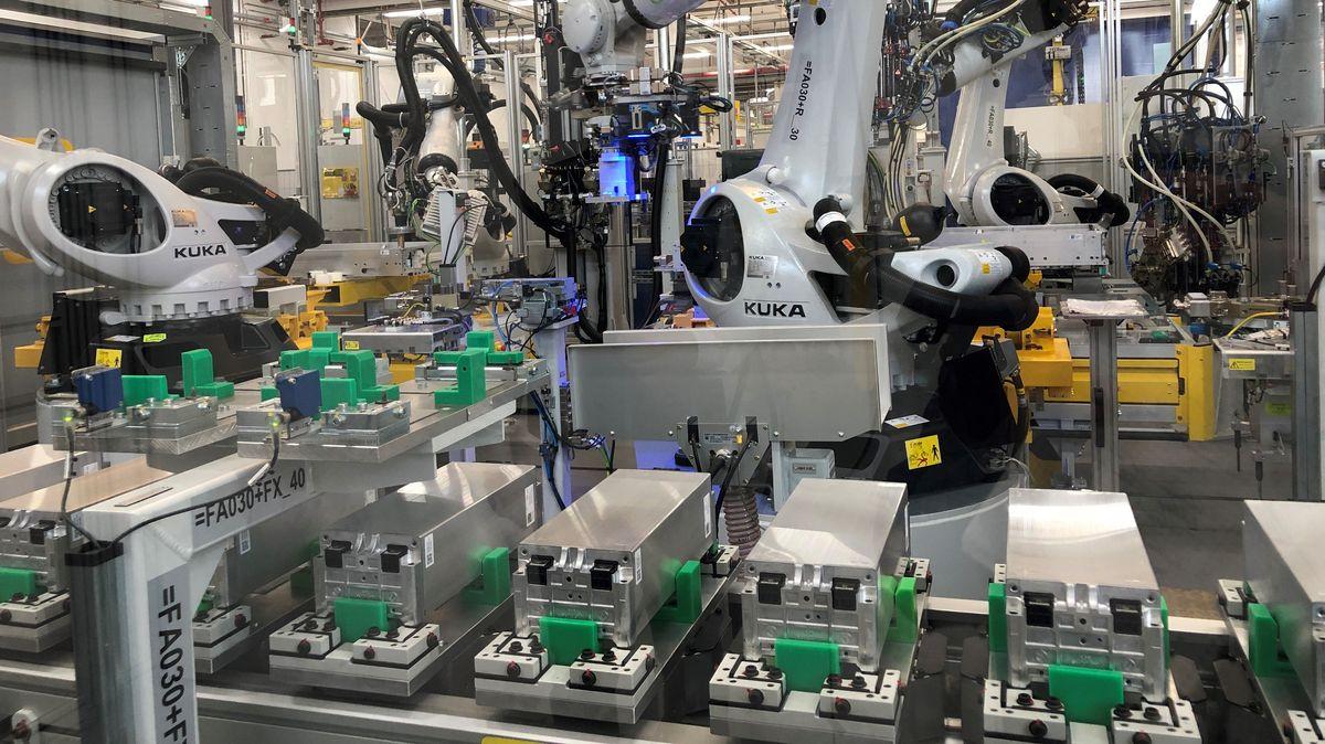 Ein Roboter setzt im Webasto-Werk Schierling Batterie-Module in eine Aluminium-Wanne.
