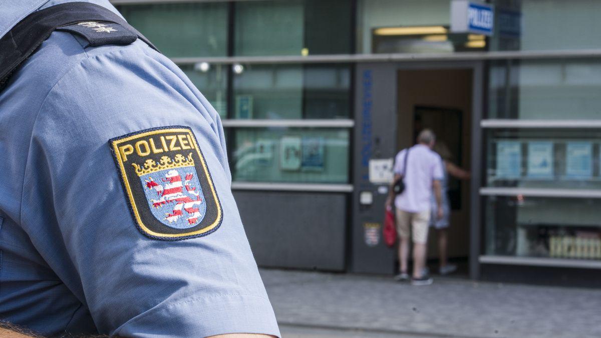 Wappen auf dem Ärmel eines Polizisten in Hessen.