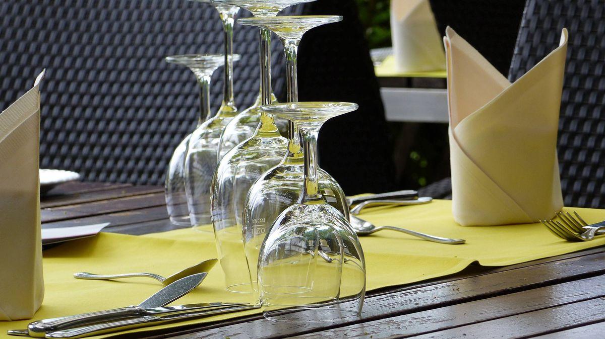 Gedeckter Tisch auf Restaurantterrasse