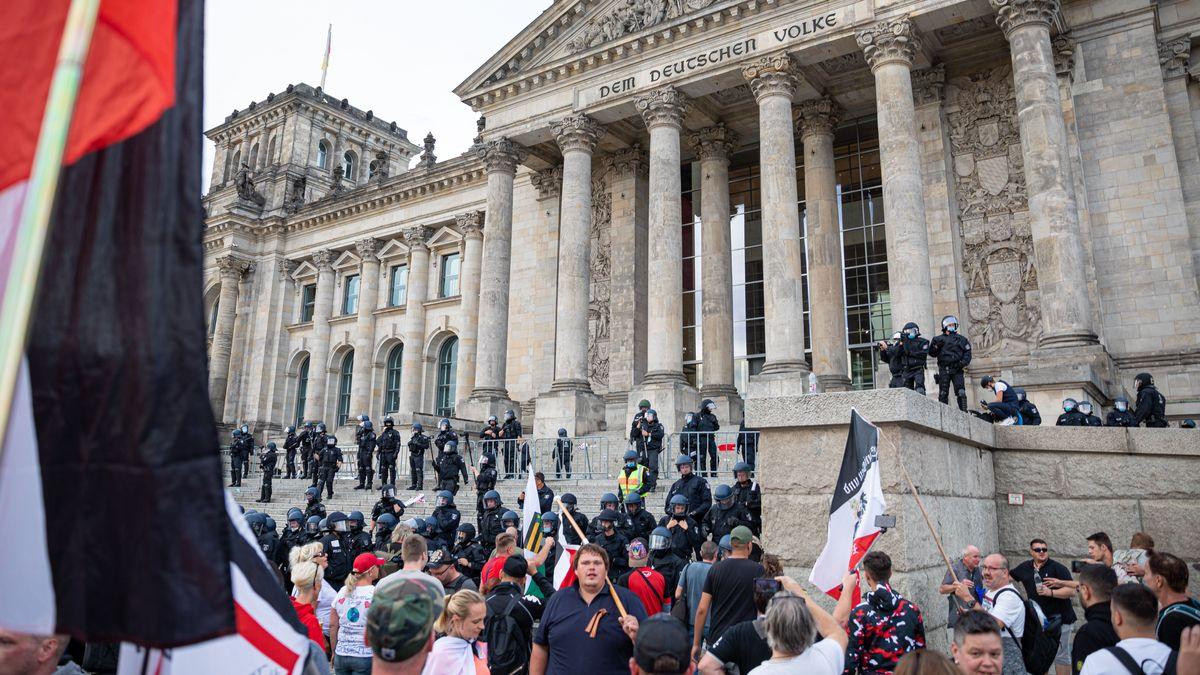 Deutsche Reichsflaggen bei den Demonstrationen gegen die Infektionsschutzmaßnahmen vor dem Reichstagsgebäude