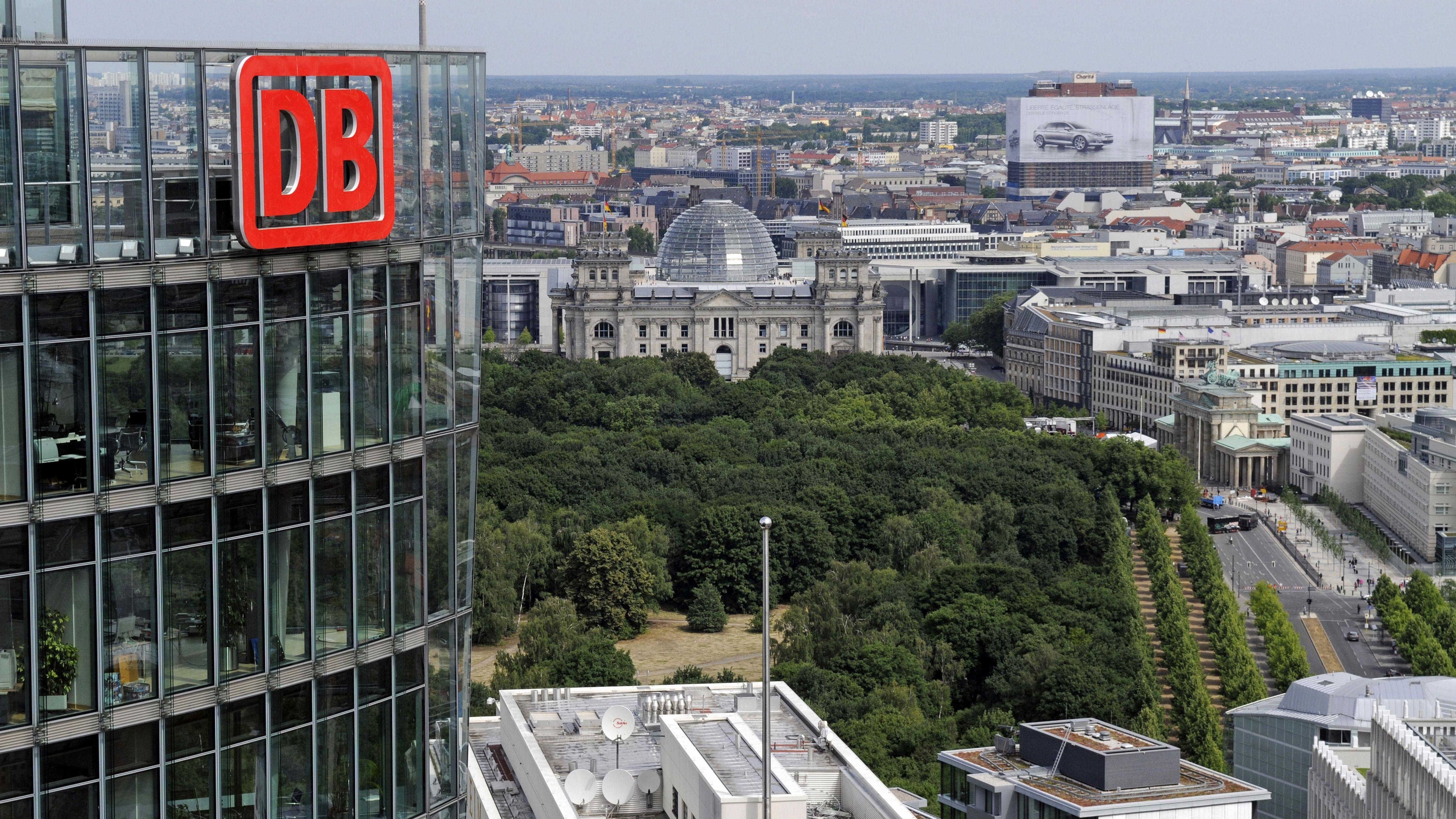 Luftbild des Logos der Deutschen Bahn am Konzertower
