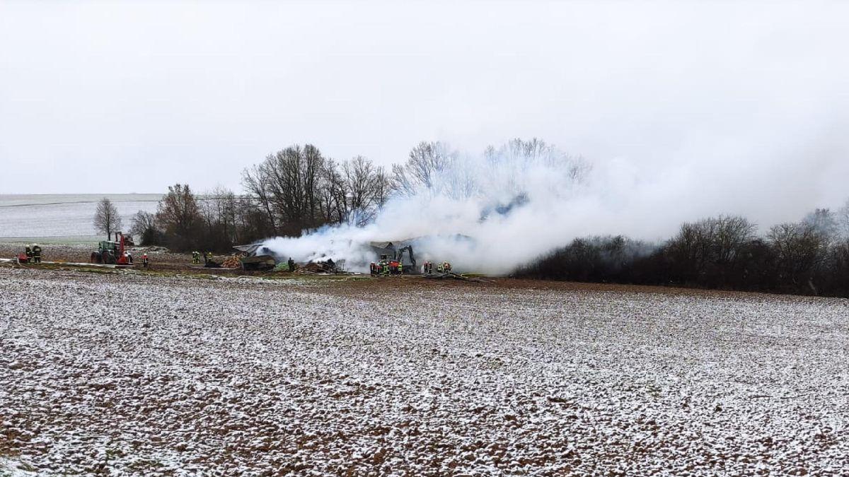 Der Brandort inmitten von Feldern