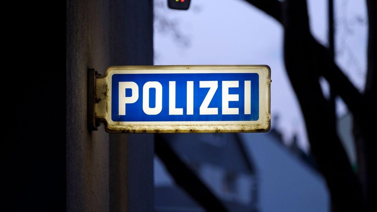 Ein Schild Polizei an einer Polizeiwache