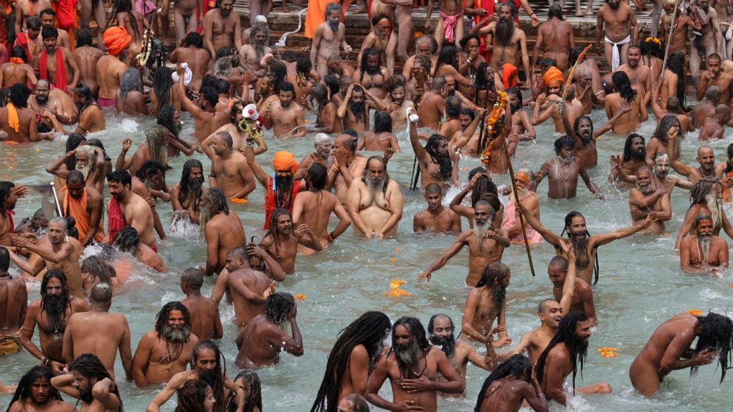 12.04.2021, Indien, Haridwar: Gläubige nehmen anlässlich des Kumbh Mela, dem größten religiösen Fests des Hinduismus, ein traditionelles Bad im Ganges. Indien hat Brasilien als Land mit den zweitmeisten Corona-Infizierten weltweit überholt.