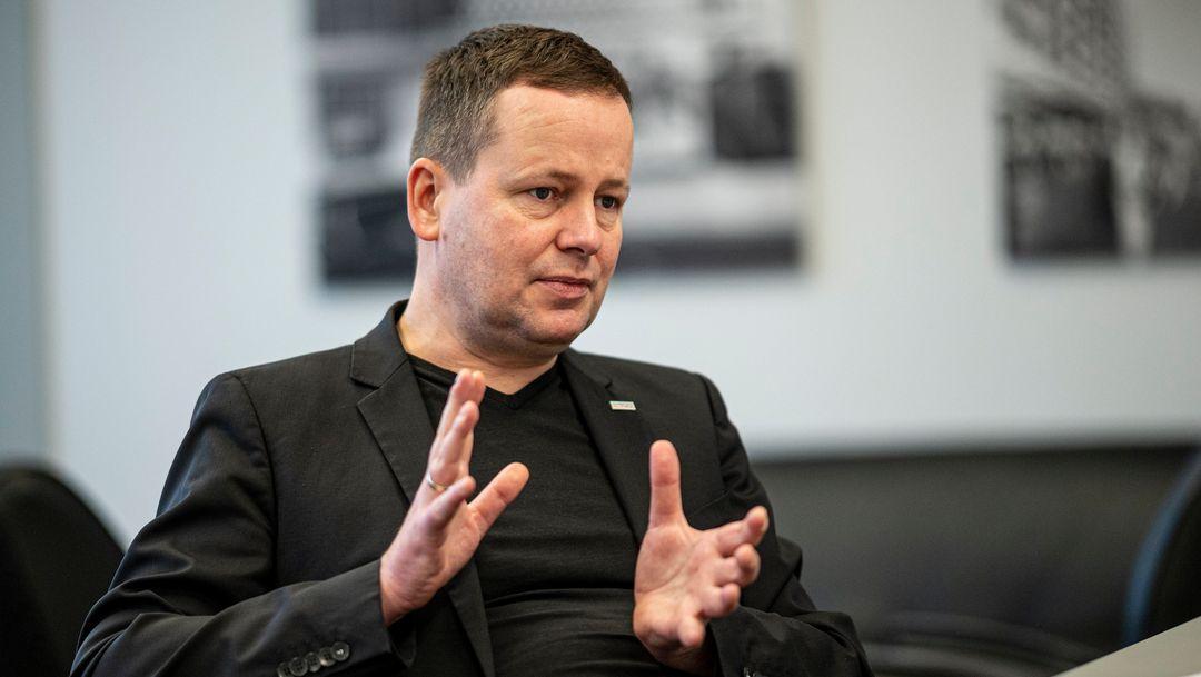 Ein Mann in Jackett und T-shirt schaut nachdenklich und gestikuliert: Klaus Lederer (Die Linke)